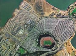 Estádio do San Francisco 49ers. Comparativo entre o espaço ocupado pelas pessoas (estádio) e o espaço ocupado pelos carros (estacionamento) nas cidades.