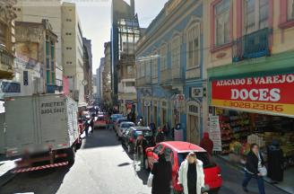Em ruas como a Mal. Floriano, com calçadas inadequadas e estreitas, os pedestres se arriscam pela rua, mas prefeitura nem cogita alargar calçadas.