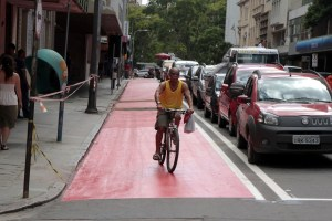 Ciclovia na Rua Sete de Setembro: falta de espaço de separação compromete a segurança de ciclistas, passageiros de automóveis e pedestres.