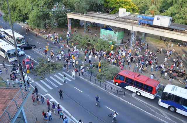 Derrubada de árvores para alargamento de avenidas e construção de estacionamento sobre a Praça Júlio Mesquita.