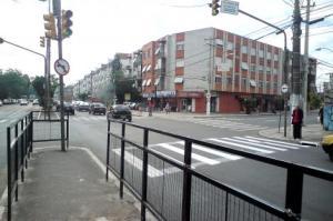 Muitas vezes os gradis dificultam a circulação de pedestres e até mesmo impede que eles voltem rapidamente para a calçada.