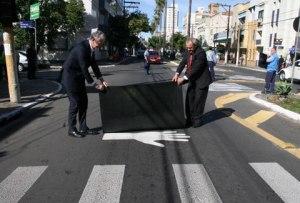 EPTC chegou a pintar sinal da mão no asfalto antes de algumas faixas de segurança.