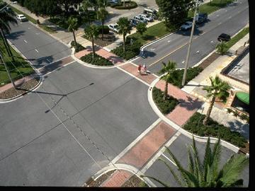 Medidas de traffic calming: calçadas mais largas nos cruzamentos forçam os condutores a reduzir a velocidade, dão mais segurança à travessia de pedestres e impede que carros fiquem estacionados na esquina ou sobre a faixa.