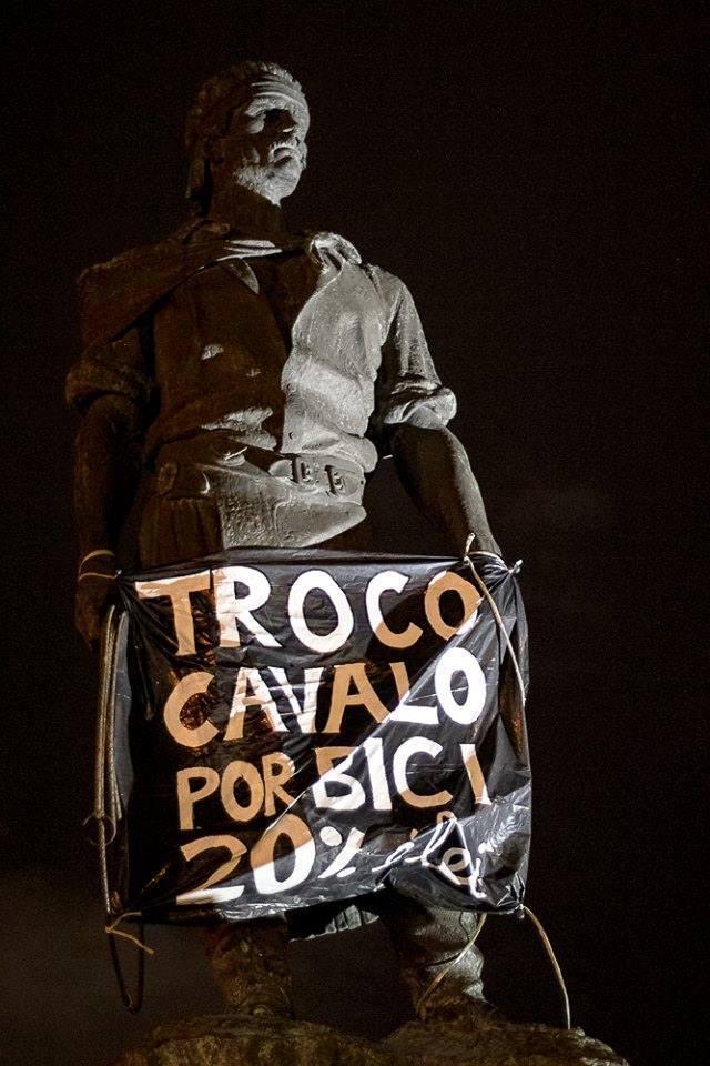 Ativistas colocaram faixa em estátua.