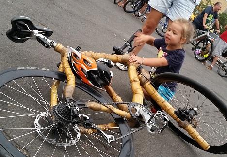 menina e a bike